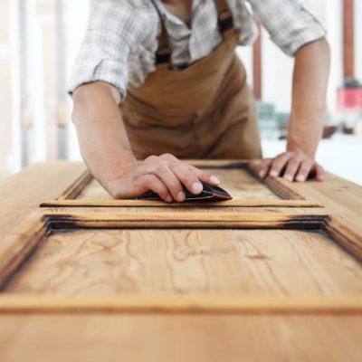 Lacar puertas: cómo hacerlo para que queden perfectas
