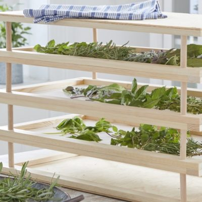 Cómo hacer un estante para secar hierbas aromáticas