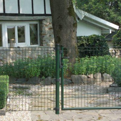 Cómo poner una valla metálica en el jardín